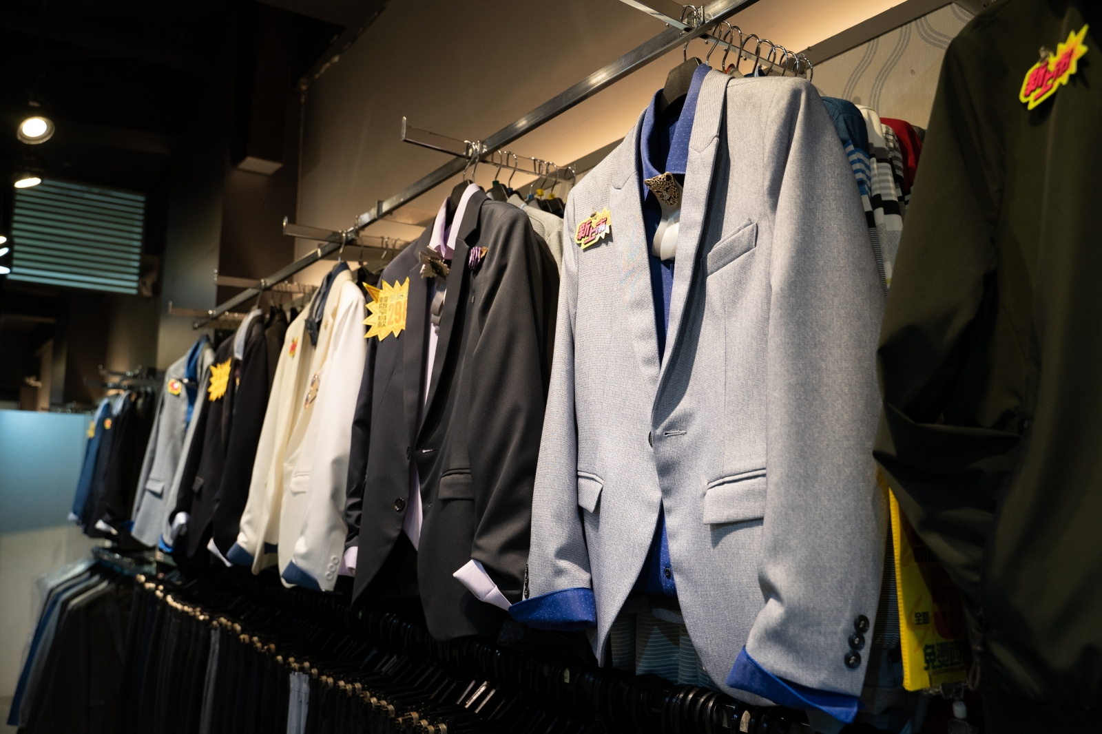 韓版合身西裝推薦。帥俊西裝專賣店(松山店)|成套西裝1980元起,百分百MIT台灣製造品質有保證,現場修改當天可拿,不論胖瘦都有合身西裝可以選擇,台北饒河街西裝推薦