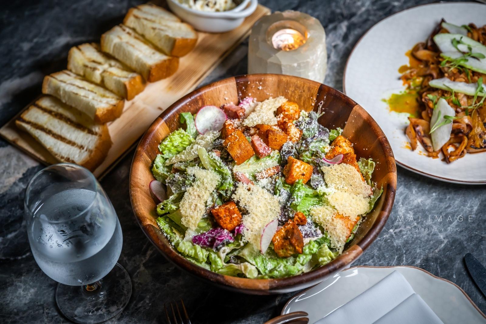 台北約會餐廳|華泰王子飯店『L'IDIOT RESTAURANT 驢子餐廳』,四人分享餐不分午晚直打63折輕鬆品嚐。不管慶祝什麼來隻『慶祝魚』就對了~