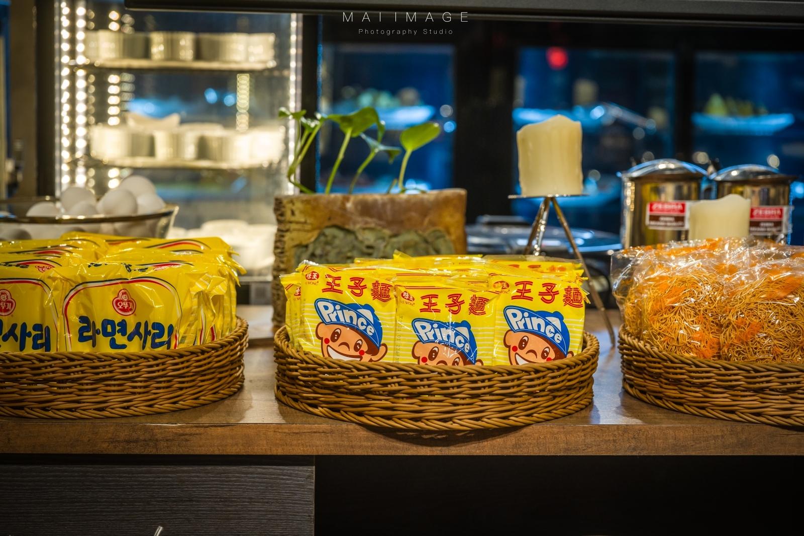 『新北吃到飽』汐止最有藝術氣息的火鍋店~在80幅油畫下大嗑鍋物!吃到飽一人只要399起!數十種高品質食材無限量供應|藝爐晏火鍋美術館、新北鍋物推薦