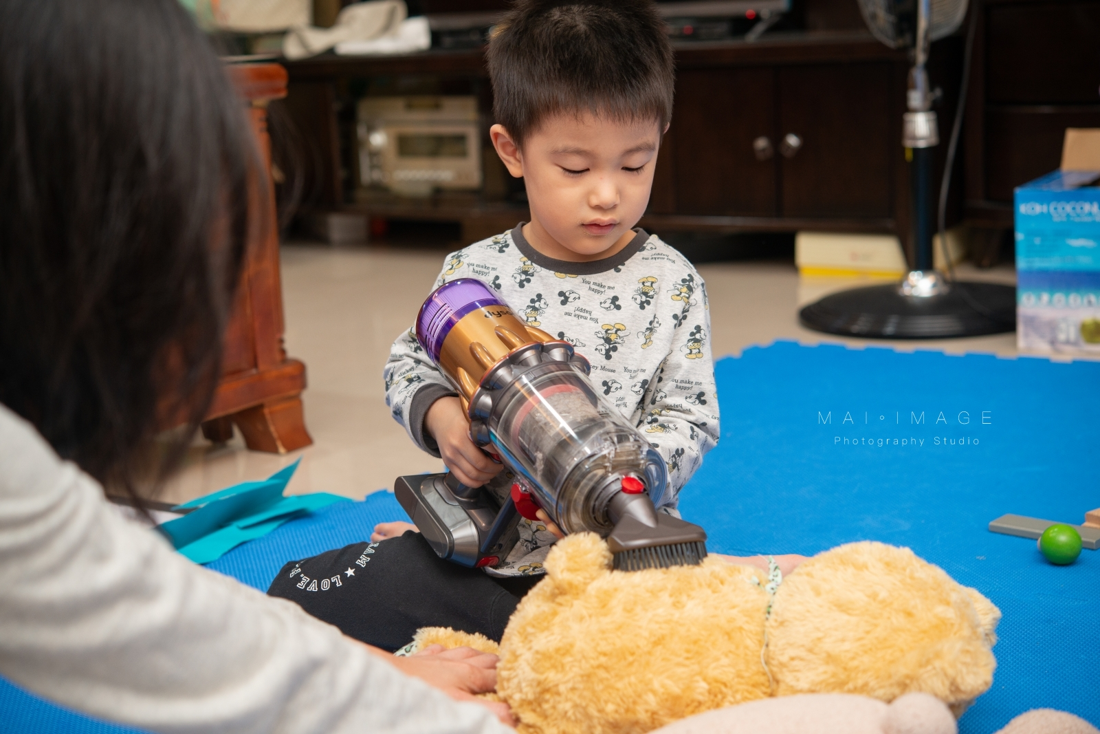 3歲小孩都可以輕鬆操作的輕型吸塵器『Dyson Digital Slim Fluffy Pro 輕量無線吸塵器』重量只有1.9公斤,機身輕巧吸力卻依舊驚人