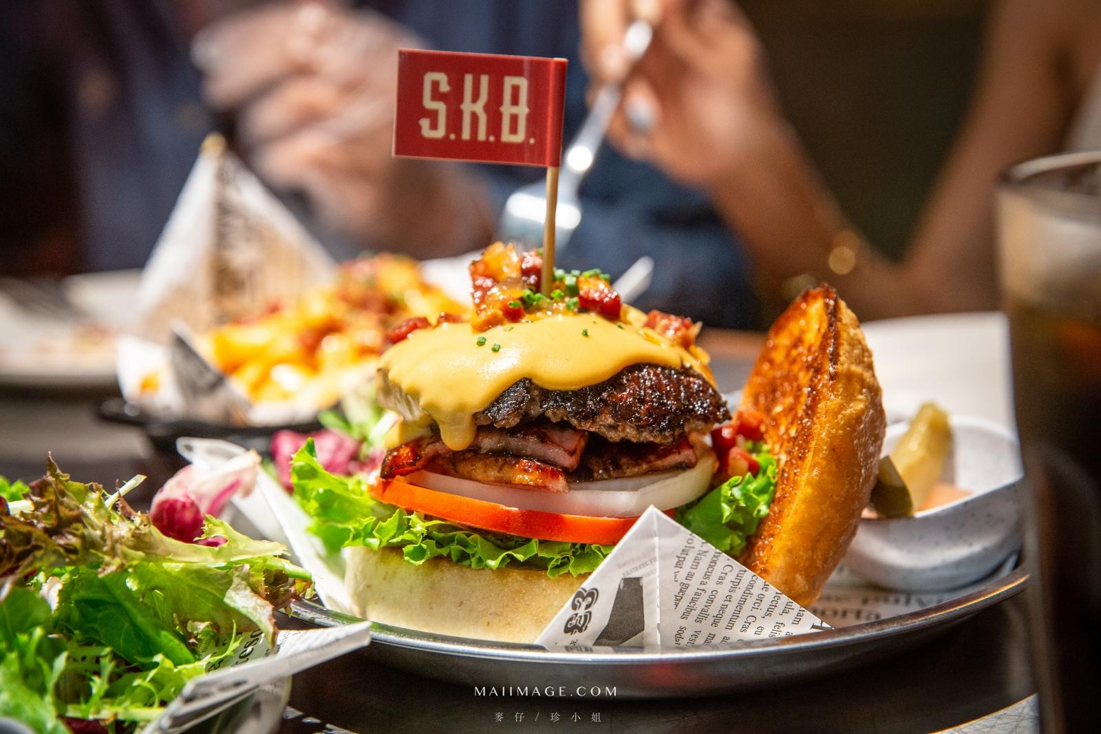 GOOGLE評價4.7顆星,整塊Choice等級牛小排製作的手打漢堡肉試過嗎?直球對決的美式漢堡就是要肉多熱量破表。燻牛蓋棉被、辣個雞翅必點|放縱新美式漢堡S.K.B Burger|台北大安