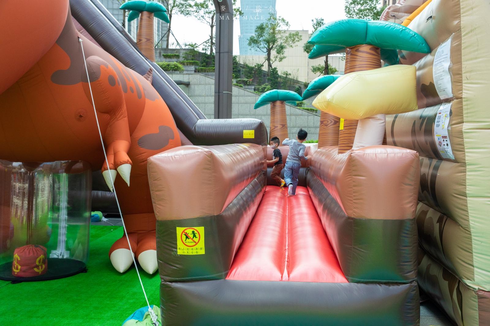 台北親子景點推薦|『厚斗恐龍叢林樂園』巡迴到台北囉!~9米高巨型厚斗恐龍、7公尺超高氣墊溜滑梯、四大氣墊遊戲區、叢林小火車、市政府轉運站