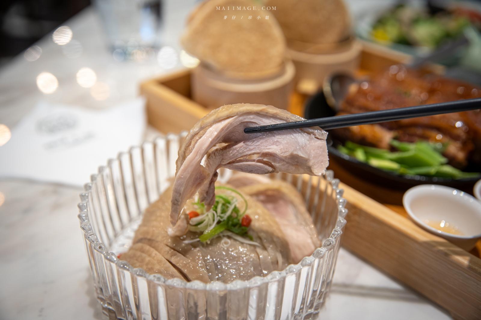 飯Bar內湖旗艦店 中式料理也可以吃得很有儀式感,必點花雕遇到雞、美人茶遇東坡肉,現場製作提拉米蘇好吸睛,捷運西湖站美食推薦