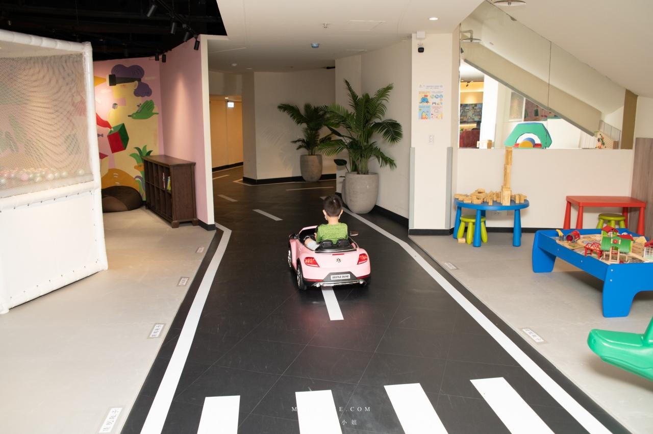 桃園石門小旅行~石門福華渡假飯店這次有滿滿的大驚喜,大人跟小孩的度假天堂就在這,露天泳池、互動溜滑梯式球池、電動車車專用道、無限使用投籃機,室內設施好用心。