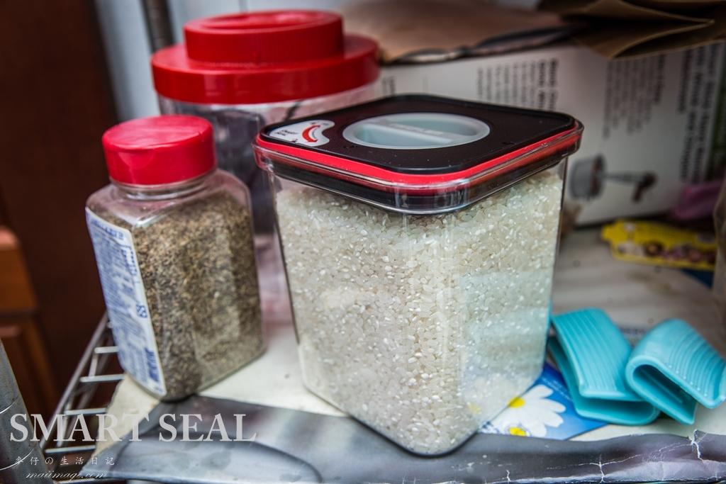 麥仔好用收納罐推薦|neoFLam『SMART SEAL』有了它再也吃不到輪輪餅乾了~這密封收納罐真好用|輕鬆收納沒煩惱