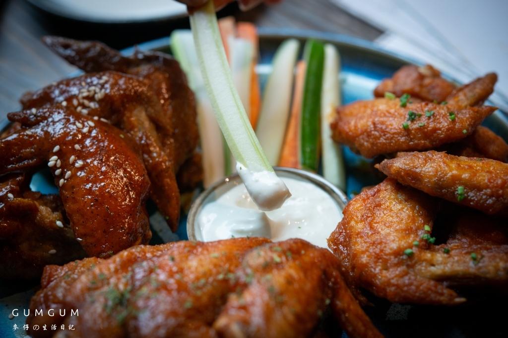 GUMGUM雞翅啤酒吧~2019信義區美食。隱身公園旁的超美玻璃屋,15種口味的特色雞翅大推|台北餐酒館聚餐推薦